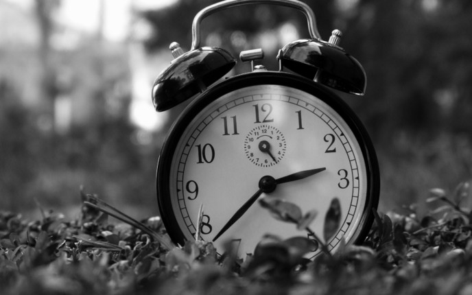 3603_Old-clock-placed-in-the-grass